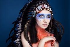 Het studioportret van mooi meisje met maakt omhoog het dragen van etnische Indische voorn Stock Foto