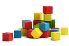 Het stuk speelgoed blokkeert piramide, isoleerden de veelkleurige houten bakstenen wit royalty-vrije stock foto