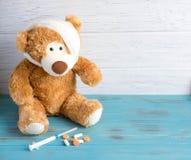 Het stuk speelgoed draagt met een verbonden hoofd rewound De basis voor de banner associeerde met de gezondheid van kinderen Kind stock foto