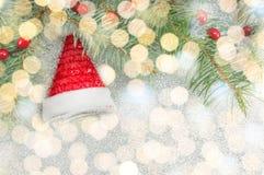 Het stuk speelgoed en Kerstmislichtenachtergrond van de kerstmanhoed Royalty-vrije Stock Fotografie