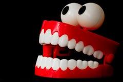 Het stuk speelgoed van Chatteringstanden van drie kwart met open mond Stock Afbeeldingen