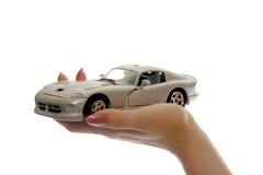 Het stuk speelgoed van de auto op palm stock foto