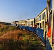 Het stuk speelgoed van de erfenis trein nemen zet heuvelige sporen aan stock fotografie