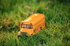 Het stuk speelgoed van de schoolbus model Stock Foto