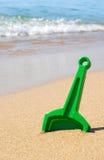 Het stuk speelgoed van de schop in zand Stock Afbeelding
