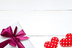 Het stuk speelgoed van de valentijnskaartendag harten en giftvakje op de witte houten lijst, exemplaarruimte stock afbeeldingen
