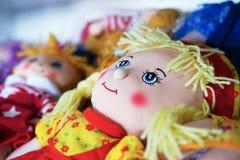 Het stuk speelgoed van de voddenpop met de hand gemaakte herinneringen bij de verkoop royalty-vrije stock afbeelding