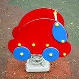 Het stuk speelgoed van het fotopark kleurrijke rode auto Stock Fotografie