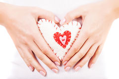 Het stuk speelgoed van het hart in handen Stock Foto's