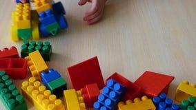 Het stuk speelgoed van het jong geitjeconcept voertuigen van plastic bakstenen stock videobeelden