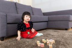 Het stuk speelgoed van het meisjespel blok stock afbeelding