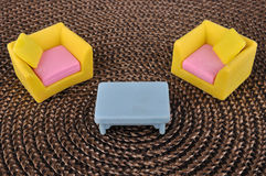 Het stuk speelgoed van het meubilair op bruine grasintertexture Stock Foto
