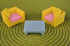 Het stuk speelgoed van het meubilair op grasintertexture Stock Afbeeldingen