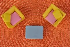 Het stuk speelgoed van het meubilair op oranje grasintertexture Royalty-vrije Stock Foto