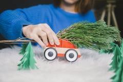 Het stuk speelgoed van het vrouwenspel auto voor Kerstmis Stock Afbeelding
