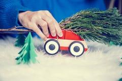 Het stuk speelgoed van het vrouwenspel auto voor Kerstmis Stock Foto's