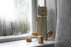 Het stuk speelgoed van houten kinderen op een witte venstervensterbank Stock Afbeeldingen