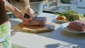 Het stuk van het de besnoeiingsvlees van persoonshanden in gedeelten op lijst stock footage