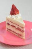 Het stuk van de plak van Aardbei shortcake op roze schotel Stock Foto's