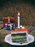 Het stuk van papavercake met kalkroom en de aardbei zetten met een aangestoken kaars op gelei Gelukkige Verjaardag Selectieve nad Stock Afbeelding