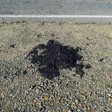Het stuk van vers asfalt dat uit op een kant van de weg daalde stock fotografie