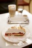 Het stuk van zoete cake op witte lijst Royalty-vrije Stock Foto