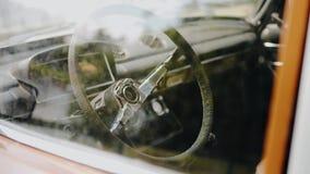 Het stuurwiel van een oude auto is niet lange tijd gebruikt Close-up van de cabine stock video