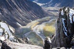 Het Subpolaire Oeralgebergte De mening van het hooggebergte en de klippen in de vallei van de rivier Stock Fotografie