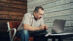 Het succes van freelancer die bij de computer werken stock videobeelden