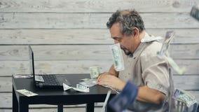 Het succes van freelancer die bij de computer werken stock footage