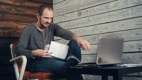 Het succes van freelancer die bij de computer werken stock video