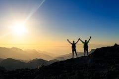 Het succes van paarwandelaars en vertrouwensconcept in bergen stock fotografie