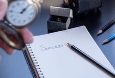 Het succes wordt geschreven op kleine blocnote Stock Fotografie