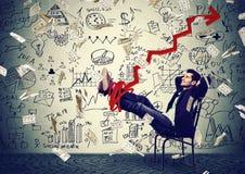 Het succesvolle bedrijfsmens ontspannen in bureau onder geldregen Royalty-vrije Stock Foto's