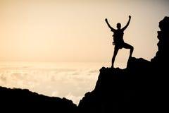 Het succesvolle beklimmen of wandeling, het inspireren silhouet in bergen royalty-vrije stock foto's