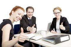 Het succesvolle commerciële team geven duimen omhoog royalty-vrije stock foto's