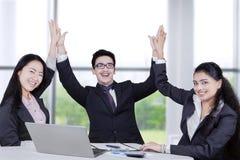 Het succesvolle commerciële team viert hun voltooiing Stock Afbeelding