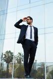 Het succesvolle jonge hoofd van het bedrijf ging van het bureau uit wachtend op zijn bestuurder Royalty-vrije Stock Afbeeldingen