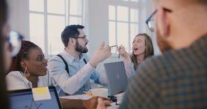 Het succesvolle jonge zakenman spreken op de creatieve multi-etnische vergadering van het bureauteam, vrouwelijke leider luistert stock videobeelden