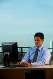 Het succesvolle Latino Bureau van de Zakenman met Mening Stock Afbeeldingen
