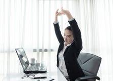 Het succesvolle onderneemster ontspannen als haar voorzitter op het kantoor Royalty-vrije Stock Afbeeldingen