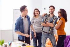 Het succesvolle vriendschappelijke team drukt positieve emoties uit Royalty-vrije Stock Afbeeldingen