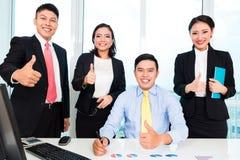 Het succesvolle zakenlui die duimen tonen ondertekent omhoog royalty-vrije stock afbeelding