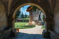 Het Sucevita-Klooster is een Roemeens Orthodox die klooster in de commune van Sucevitai wordt gesitueerd stock foto's