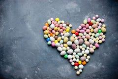 Het suikergoed assorteerde gevormd hart op donkere achtergrond stock foto