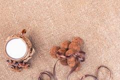 Het suikergoed van chocoladetruffels en uitstekend glas melk of room Royalty-vrije Stock Foto's