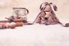 Het suikergoed van chocoladetruffels en uitstekend glas melk of room Stock Foto