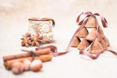 Het suikergoed van chocoladetruffels en uitstekend glas melk of room Royalty-vrije Stock Fotografie