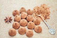 Het suikergoed van chocoladetruffels op een achtergrond van de textuur van de jutezak Stock Foto