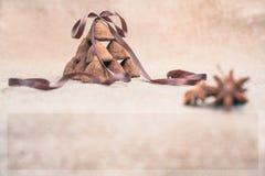 Het suikergoed van chocoladetruffels op een achtergrond van de textuur van de jutezak Stock Foto's